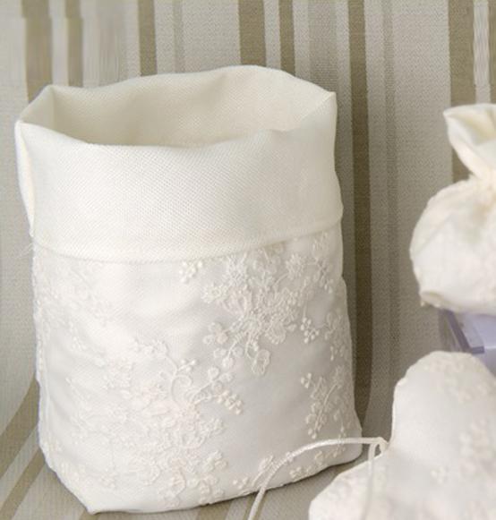 Sacco per confettata crema con ricami in tessuto scatole for Scatole per armadi in tessuto